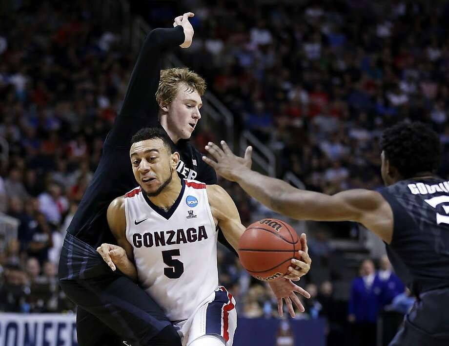 Gonzaga guard Nigel Williams-Goss (5) dribbles between Xavier guard J.P. Macura, left, and Quentin Goodin during the first half of an NCAA Tournament college basketball regional final game Saturday, March 25, 2017, in San Jose, Calif. (AP Photo/Tony Avelar) Photo: Tony Avelar, Associated Press