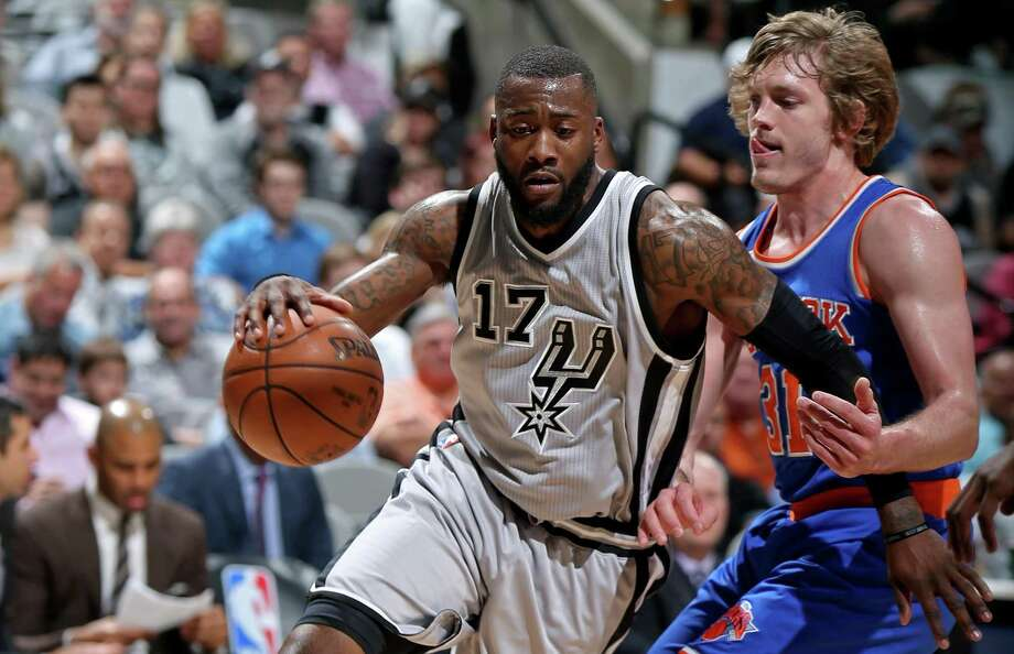 Spurs' Jonathon Simmons drives around the New York Knicks' Ron Baker during first half action on March 25, 2017, at the AT&T Center. Photo: Edward A. Ornelas /San Antonio Express-News / © 2017 San Antonio Express-News