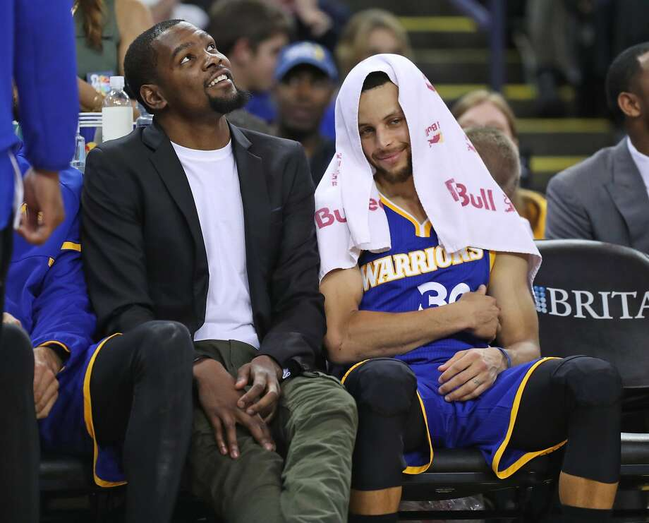 Golden State Warriors' Kevin Durant and Stephen Curry on bench in 4th quarter during Warriors' 106-94 win over Memphis Grizzlies in NBA game at Oracle Arena in Oakland, Calif., on Sunday, March 26, 2017. Photo: Scott Strazzante, The Chronicle