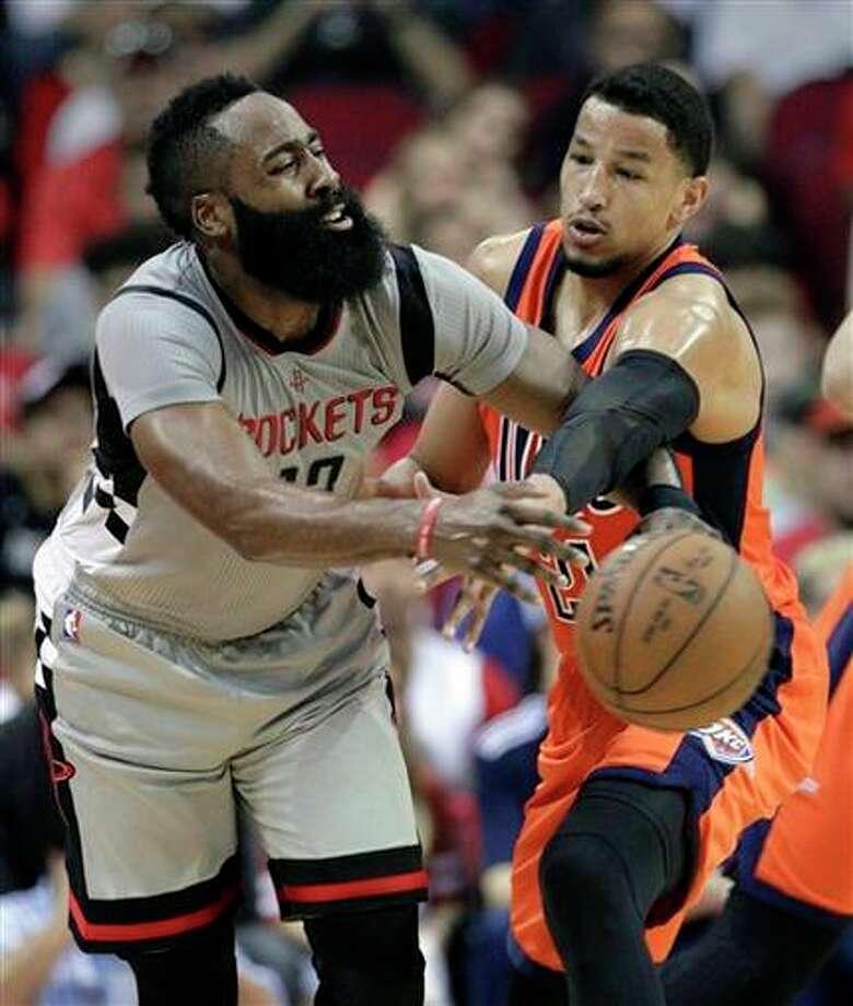 James Harden (13), de los Rockets de Houston, pierde el balón ante Andre Roberson (21), del Thunder de Oklahoma City, el domingo 26 de marzo de 2017. (AP Foto/Michael Wyke)