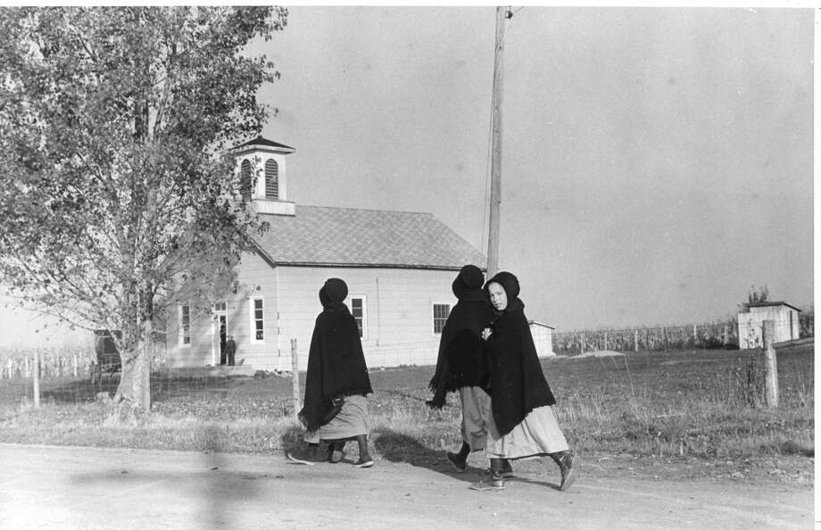 Amish children attend an Amish school in Gladwin. November 1982 Photo: Daily News File Photo