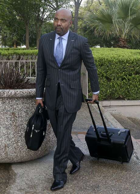 Attorney Daryl Washington walks toward the John H. Wood Federal Courthouse on March 27, 2017. Washington represents the family of Marquise Jones, who was fatally shot by San Antonio police officer Robert Encina in 2014. Photo: John Davenport /San Antonio Express-Newss / ©San Antonio Express-News/John Davenport