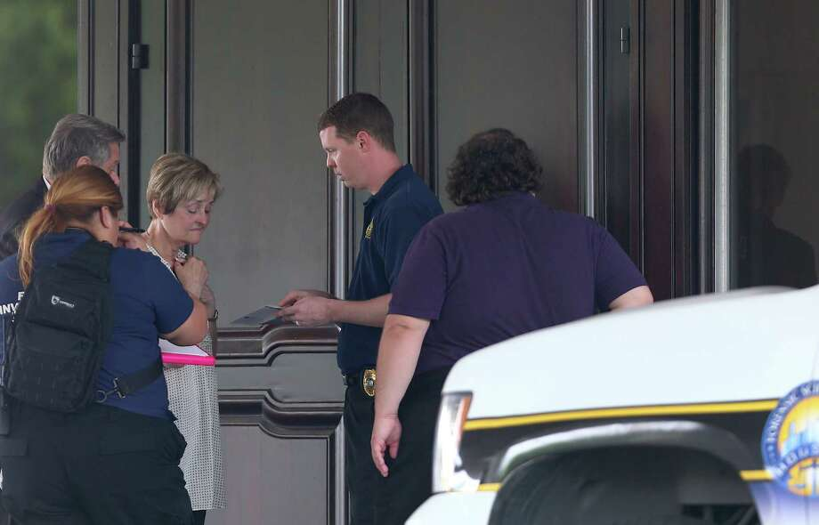 A distraught Carole Busick talks to authorities after they retrieved the body of her daughter, Valerie Busick McDaniel, from a local condominium. Photo: Godofredo A. Vasquez, Staff / Godofredo A. Vasquez