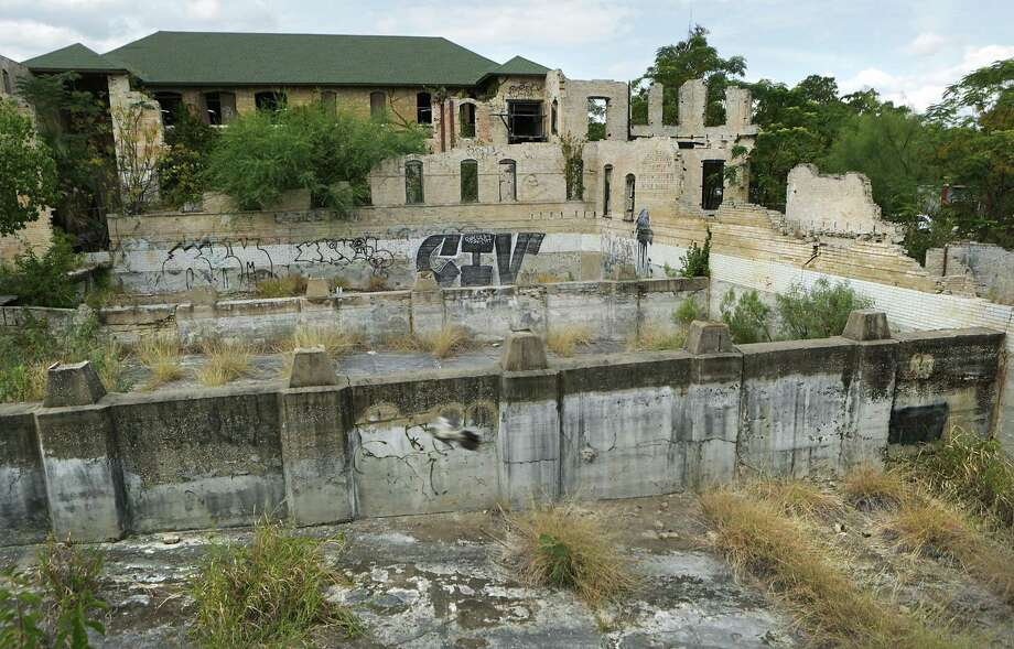 County officials approved a $5.8 million project to turn the Hot Wells ruins into a resort, but county commissioners say they're having trouble agreeing with local developer James Lifshutz on environmental cleanup and other issues. Photo: BOB OWEN /San Antonio Express-News / San Antonio Express-News