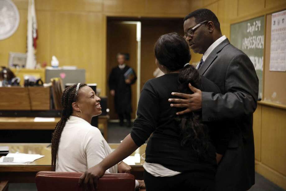 Carole McKindley-Alvarez of the Felton Institute and Ranon Ross, Young Adult Court Coordinator, talk with a client at the San Francisco Hall of Justice on Tuesday. Photo: Lea Suzuki / Lea Suzuki / The Chronicle / ONLINE_YES