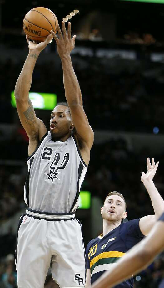 San Antonio Spurs' Kawhi Leonard shoots around Utah Jazz's Gordon Hayward during first half action Sunday April 2, 2017 at the AT&T Center. Photo: Edward A. Ornelas, San Antonio Express-News