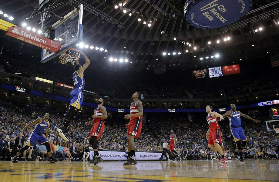 Shaun Livingston (34) puts in a reverse dunk in the first half as the Golden State Warriors played the Washington Wizards , Calif., on Sunday, April 2, 2017. Photo: Carlos Avila Gonzalez, The Chronicle