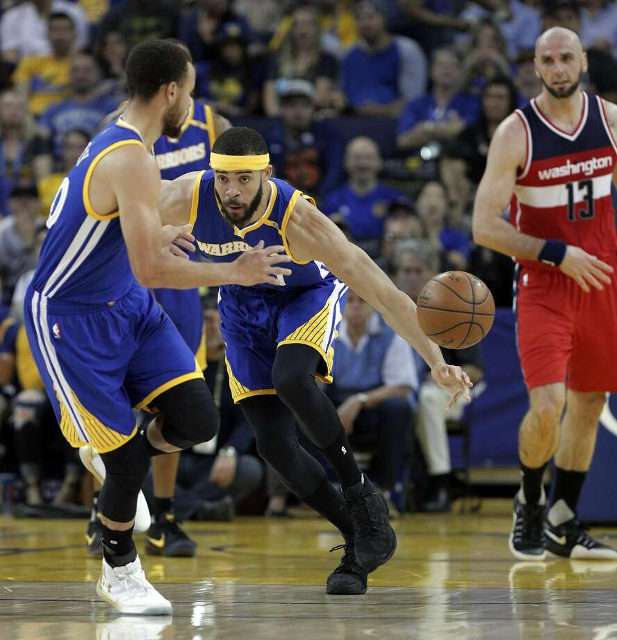 JaVale McGee (1) flips the ball to Stephen Curry (30) after coming up with a loose ball in the first half as the Golden State Warriors played the Washington Wizards , Calif., on Sunday, April 2, 2017. Photo: Carlos Avila Gonzalez, The Chronicle