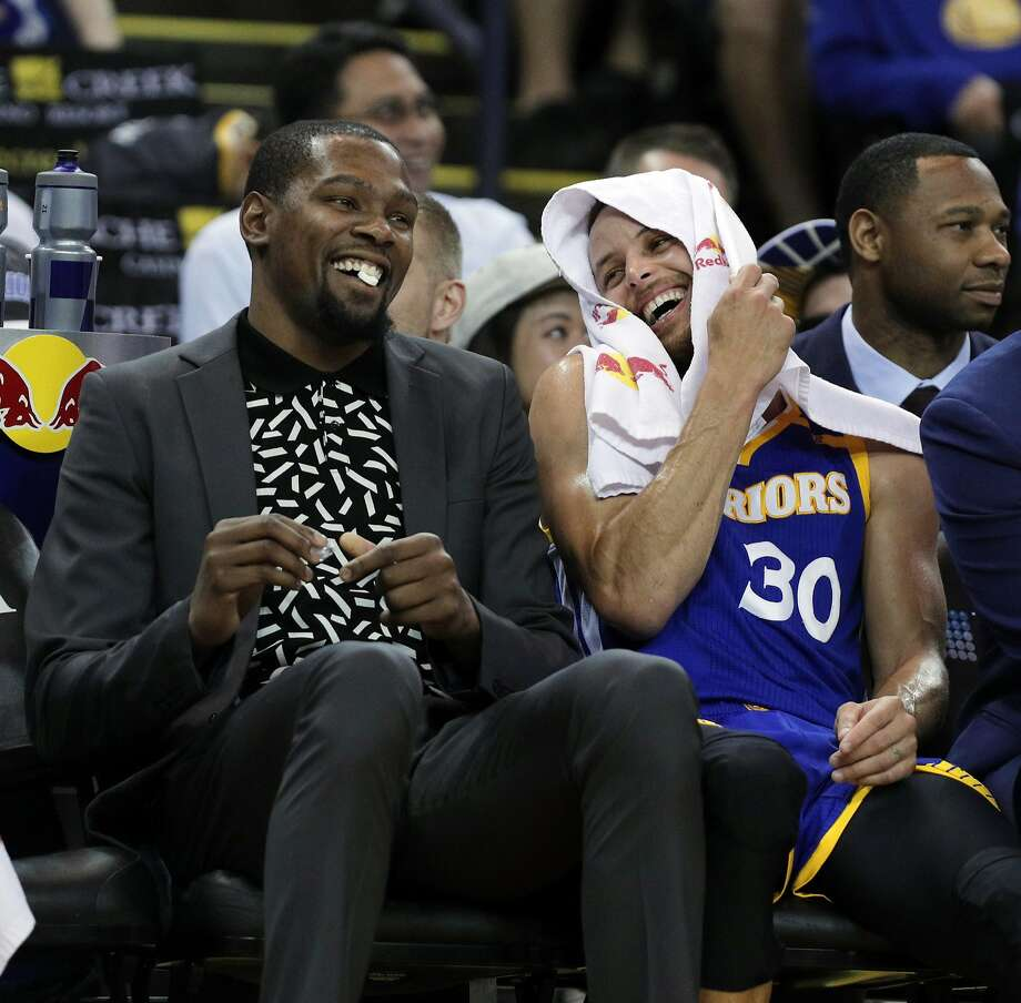 Stephen Curry (30) and Kevin Durant (35) on the bench in the second half as the Golden State Warriors played the Washington Wizards , Calif., on Sunday, April 2, 2017. Photo: Carlos Avila Gonzalez, The Chronicle