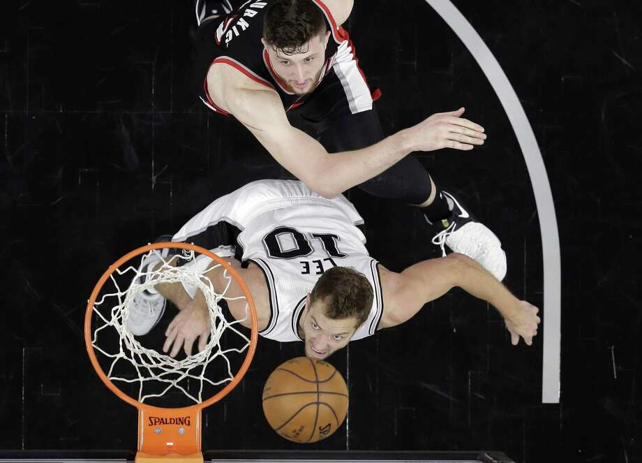 Spurs forward David Lee (10) and Portland Trail Blazers center Jusuf Nurkic get in position for a rebound during the second half on March 15, 2017, in San Antonio. Photo: Eric Gay /Associated Press / Copyright 2017 The Associated Press. All rights reserved.