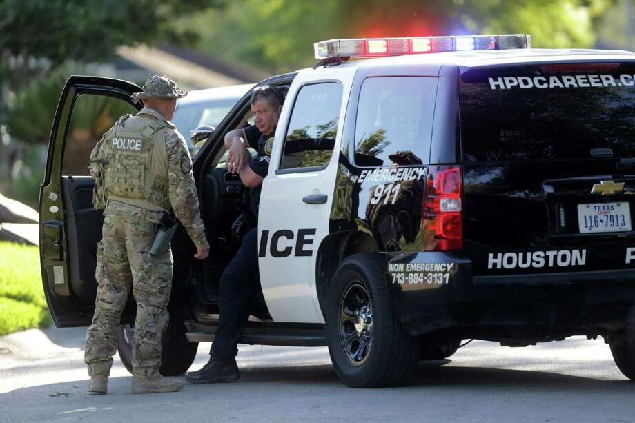 Houston police and SWAT officers responded to a scene on May 5, 2017, where a robbery suspect barricaded himself in an eastside apartment.  Photo: Marie D. De Jesus, Houston Chronicle / © 2017 Houston Chronicle