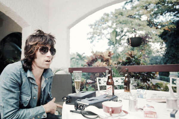 Keith Richards, of The Rolling Stones, getting interviewed in Kingston Jamaica while recording Goats Head Soup album, Kingston, December 1972. (Photo by Koh Hasebe/Shinko Music/Getty Images)