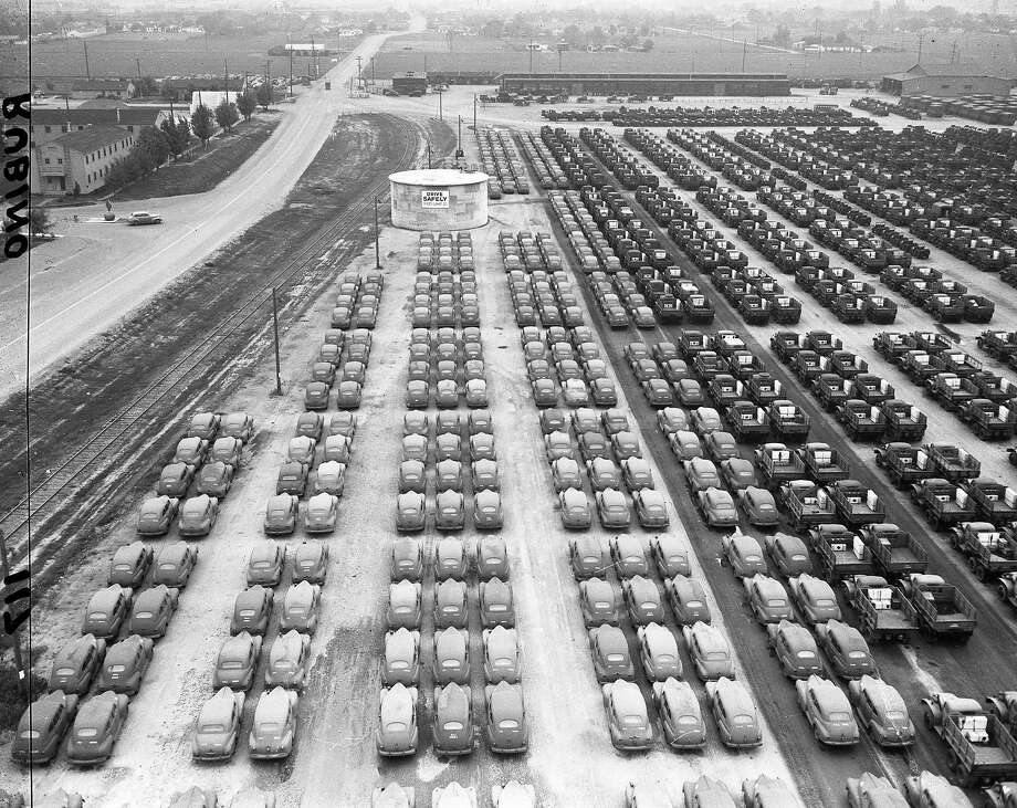 The U.S. Army Stockton Depot with hundreds of vehicles, including trucks, jeeps and sedans, November 15, 1945. Photo: Aaron Rubino, The Chronicle