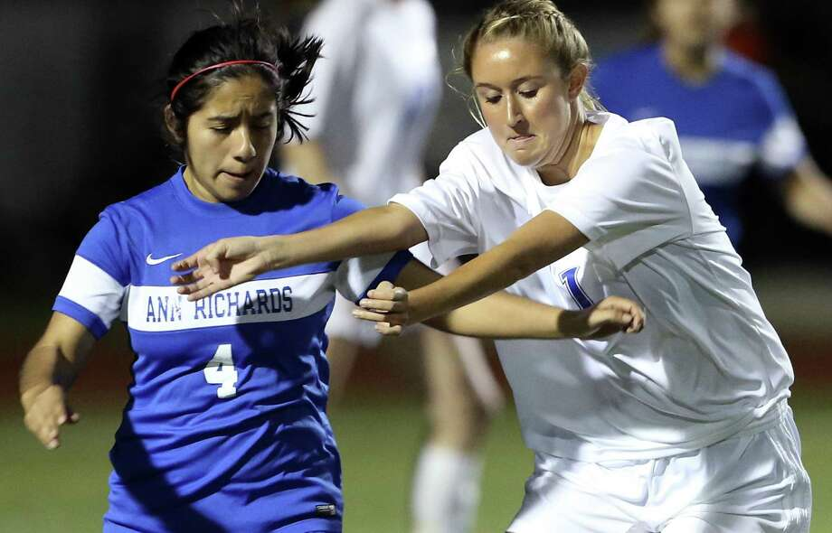 Alamo Heights' Chappell Hollingshead (right) battles Austin Richards' Briana Palacios at Orem Stadium in a Class 5A girls bidistrict playoff soccer match on March 24, 2017. Photo: Tom Reel /San Antonio Express-News / 2017 SAN ANTONIO EXPRESS-NEWS