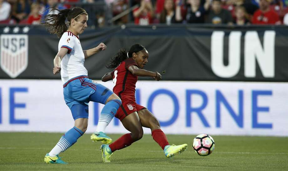 Crystal Dunn of the U.S. (right) shoots and scores one of her two goals in the friendly as Daria Makarenko of Russia defends. Photo: Mike Stone, Getty Images