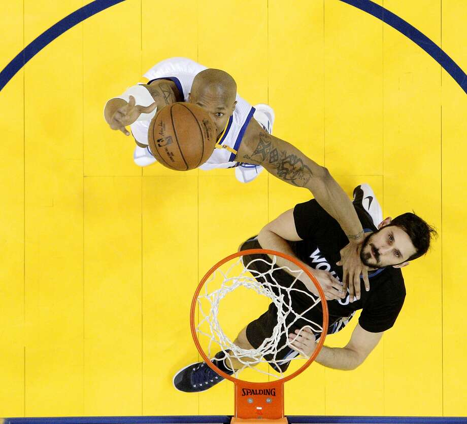 David West (left) boxes out Omri Casspi for a rebound as the Golden State Warriors played the Minnesota Timberwolves at Oracle Arena in Oakland on April 4, 2017. Photo: Carlos Avila Gonzalez, The Chronicle