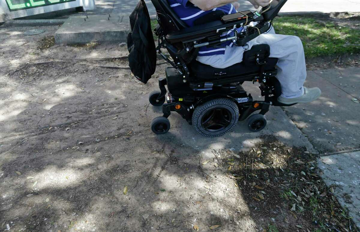 A missing sidewalk at MacGregor and Almeda can be a major access problem for Lex Frieden. ( Melissa Phillip / Houston Chronicle )