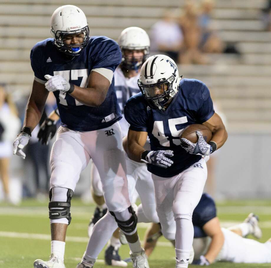 Samuel Stewart (45) of the Rice Owls runs behind Uzoma Osuji (77) for a touchdown in the second half of the Rice Owls Spring Football game on Friday, April 7, 2017 at Rice Stadium in Houston Texas. Photo: Wilf Thorne/For The Chronicle