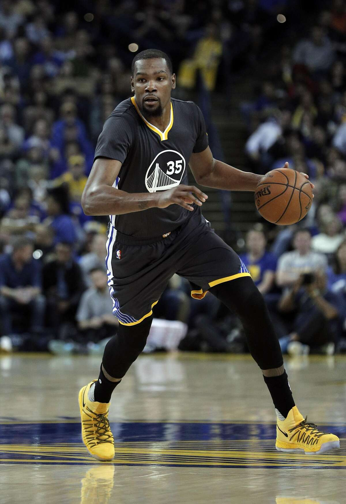 Kevin Durant (35) dribbles up the court in the first half as the Golden State Warriors played the New Orleans Pelicans at Oracle Arena in Oakland, Calif., on Saturday, April 8, 2017.