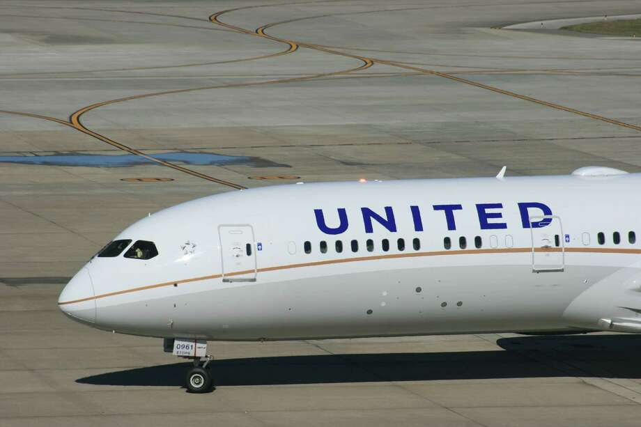 A United Airlines Boeing 787 Dreamliner approaches its gate at Bush Intercontinental Airport in January 2016. Photo: Bill Montgomery