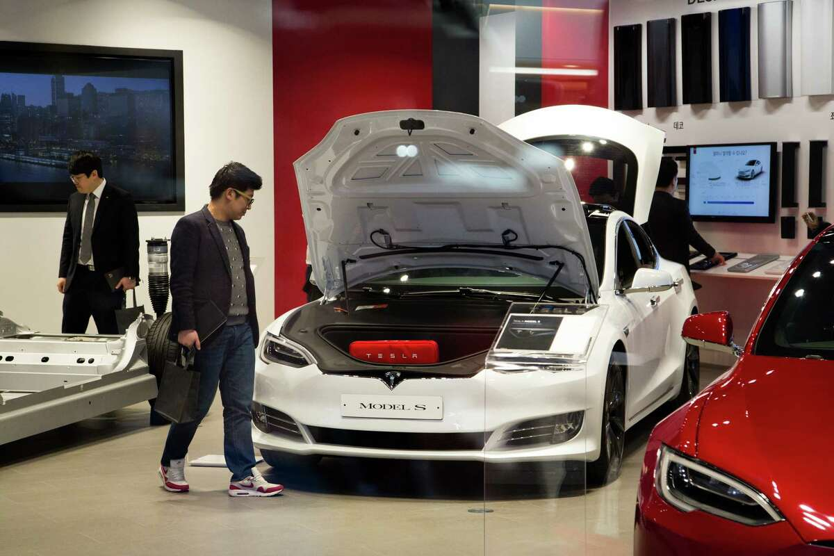 A customers look at a Tesla Inc. Model S 90D electric vehicle at the company's showroom in Hanam, Gyeonggi Province, South Korea, on Wednesday, March 15, 2017. Tesla produced almost 84,000 vehicles in 2016 and plans to make half a million in 2018, then 1 million in 2020. Photographer: SeongJoon Cho/Bloomberg