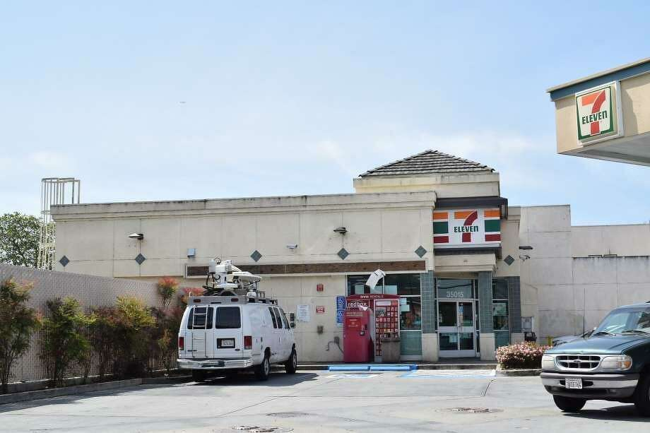 An autopy determined that a man killed himself during a shootout with Fremont police Sunday night after running from a car in the parking lot of this 7-Eleven in Fremont. Photo: Filipa Ioannou / San Francisco Chronicle