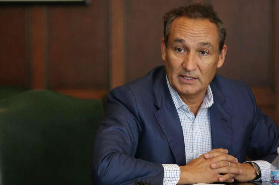 CEO Oscar Munoz and other executives apologized again Tuesday before discussing the airline's latest financial results with analysts and reporters. Munoz also says the airline will have more to say later this month after it finishes a review of its policies on overbooked flights. Photo: Antonio Perez /Chicago Tribune / Chicago Tribune