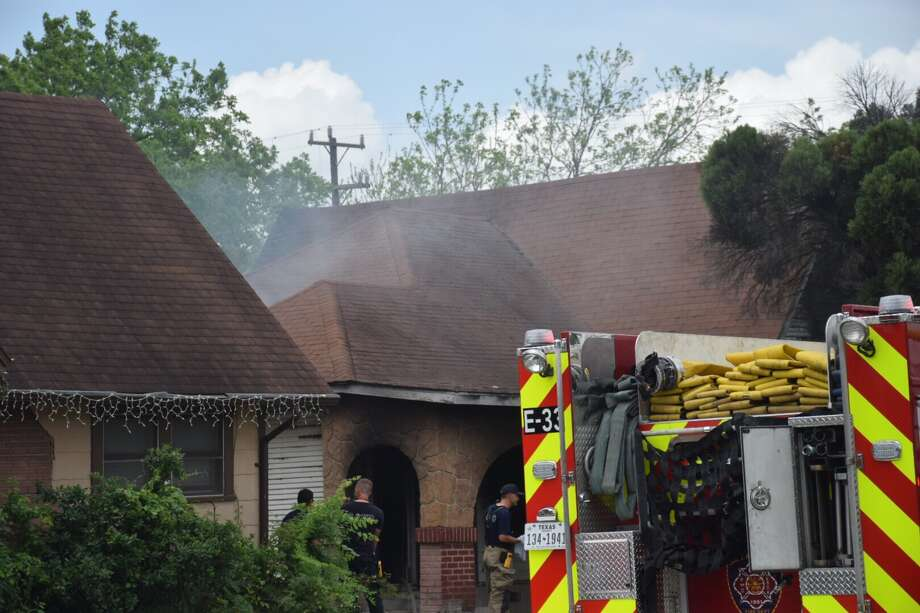 Neighbors suspect a group of middle school students set fire to an abandoned home Thursday on the West Side. Photo: Caleb Downs / San Antonio Express-News