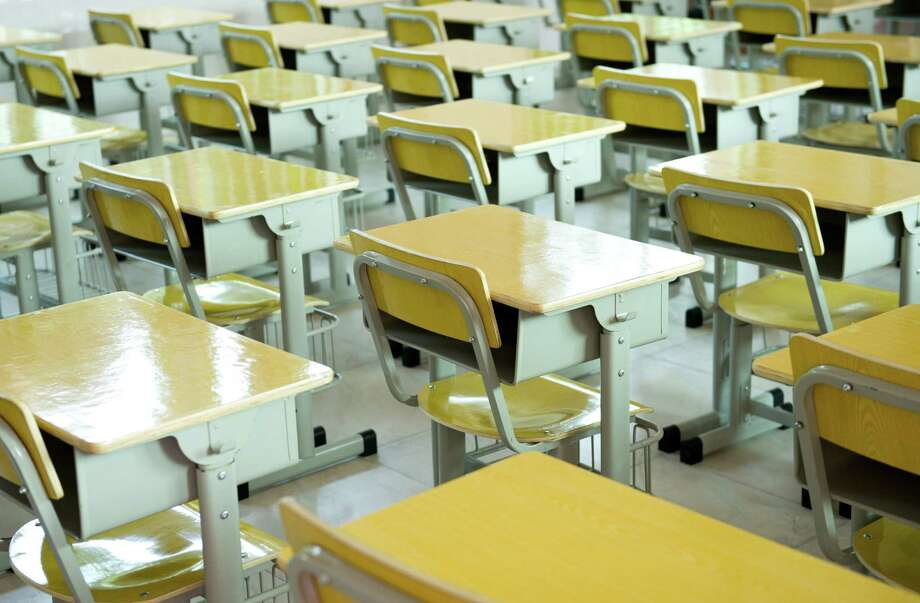 Desk and chairs in a classroom. (Fotoloia) / xy - Fotolia