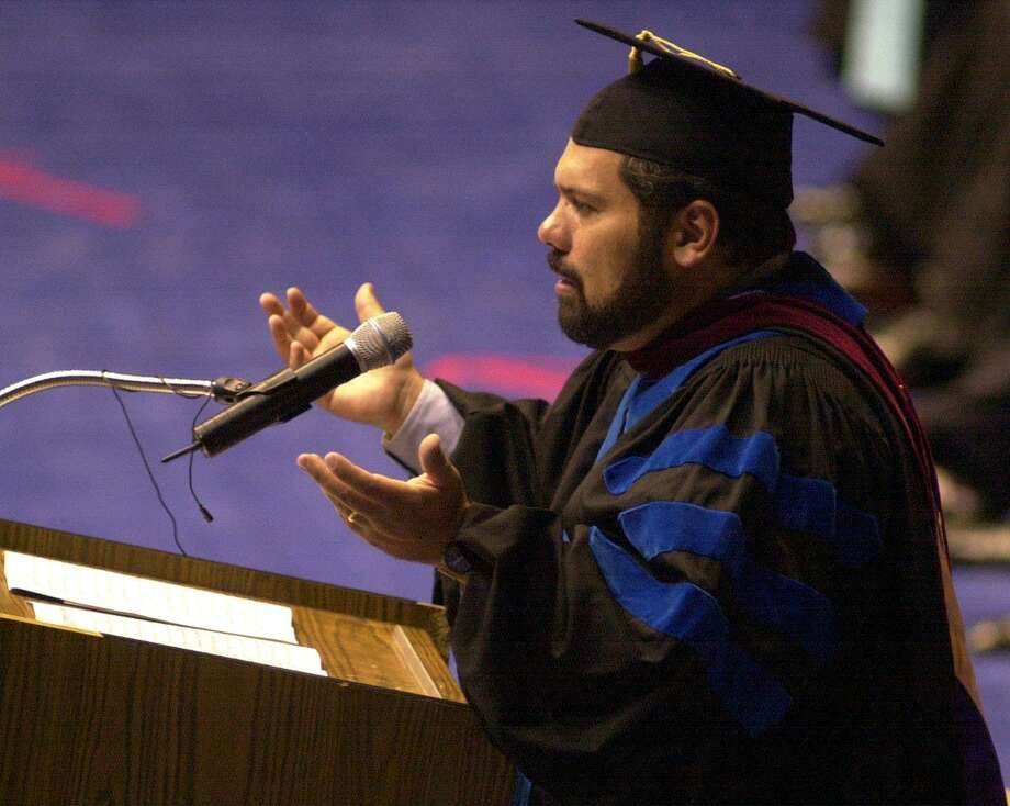 Newscaster Ray Suarez addresses the crowd during the St. Mary's University Commencement Exercises in 2001. A reader praises the journalist and expresses regret that he has lost a regular platform for his reporting. Photo: EDWARD A. ORNELAS /EN / EN