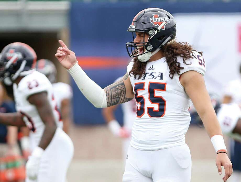 Josiah Tauaefa talks to the offense before the start of the UTSA spring game on April 15, 2016, at Farris Stadium. Photo: Ron Cortes /For The Express-News / Freelance