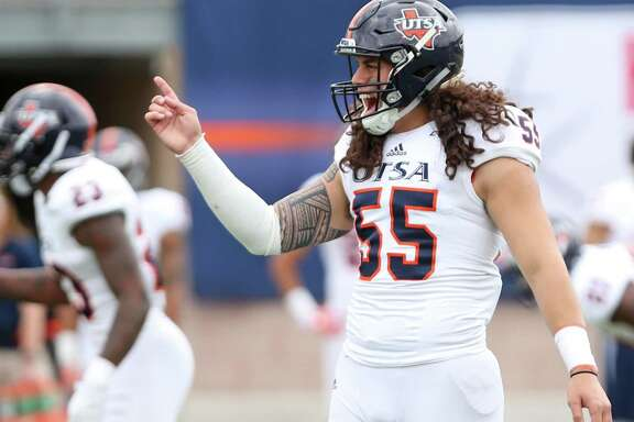 Josiah Tauaefa talks to the offense before the start of the UTSA Spring Football Game on Saturday, April 15 at Farris Stadium.
