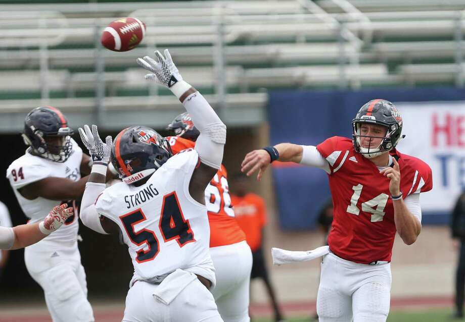 Dalton Sturm throws a pass during the UTSA Spring Football Game on Saturday, April 15 at Farris Stadium. Photo: Ron Cortes, Freelance / For The San Antonio Express-News / Ronald Cortes / Freelance