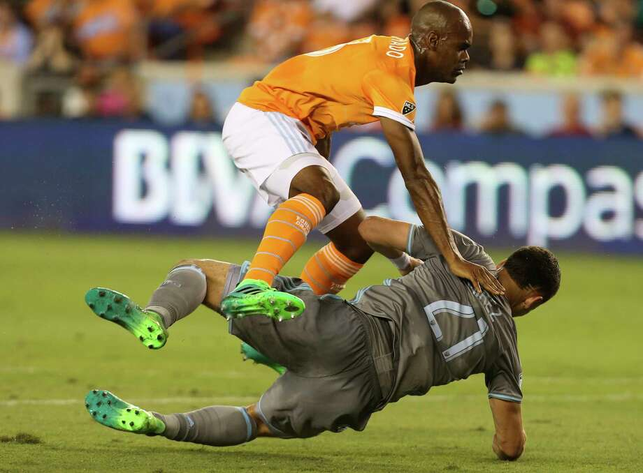 Houston Dynamo defender Adolfo Machado (3) collides with Minnesota United forward Christian Ramirez (21) at the penalty area during the first half of the game at BBVA Compass Stadium Saturday, April 15, 2017, in Houston. Photo: Yi-Chin Lee, Houston Chronicle / © 2017  Houston Chronicle