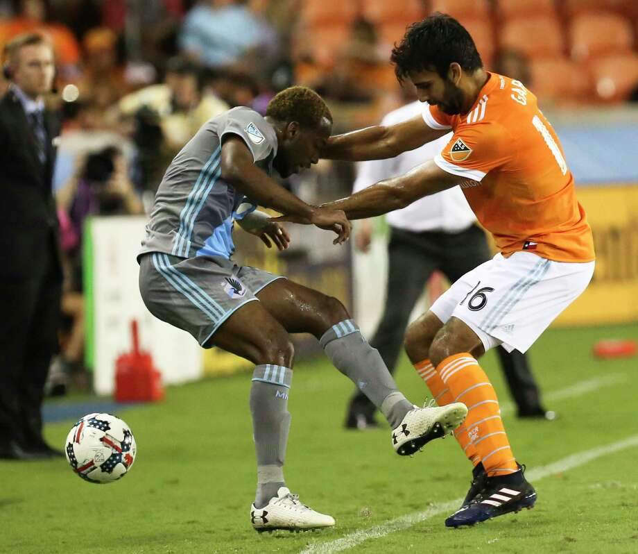 Houston Dynamo defender Kevin Garcia (16) battles with Minnesota United midfielder Kevin Molino (18) along the sideline during the second half of the game at BBVA Compass Stadium Saturday, April 15, 2017, in Houston. Photo: Yi-Chin Lee, Houston Chronicle / © 2017  Houston Chronicle