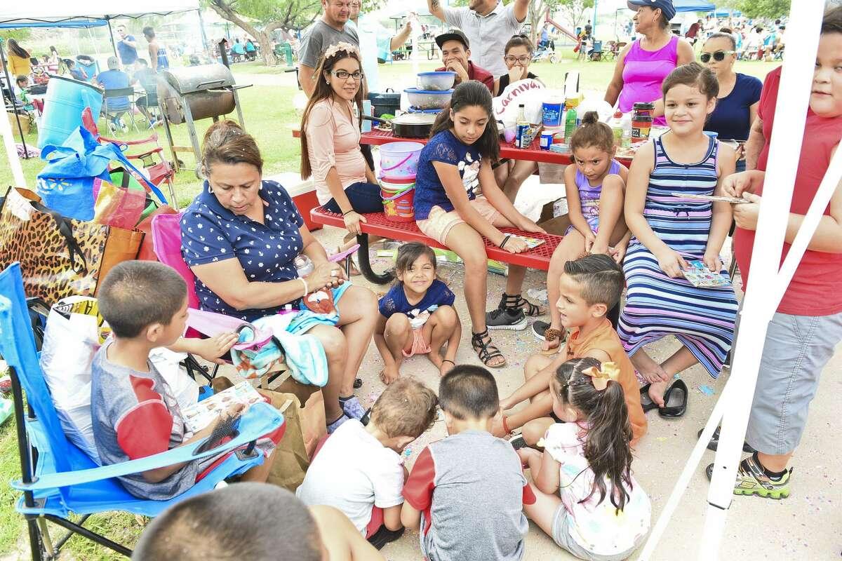 Los niños de la familia Medina celebran el Domingo de Pascua en el parque Father Charles M. McNaboe Park el domingo. mientras juegan lotería.