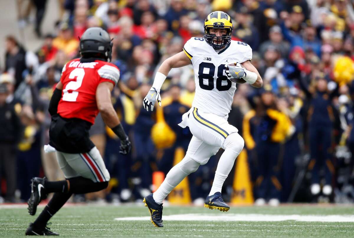 COLUMBUS, OH - NOVEMBER 26: Jake Butt #88 of the Michigan Wolverines runs with the ball after catching a pass during the first quarter against the Ohio State Buckeyes at Ohio Stadium on November 26, 2016 in Columbus, Ohio. (Photo by Gregory Shamus/Getty Images)