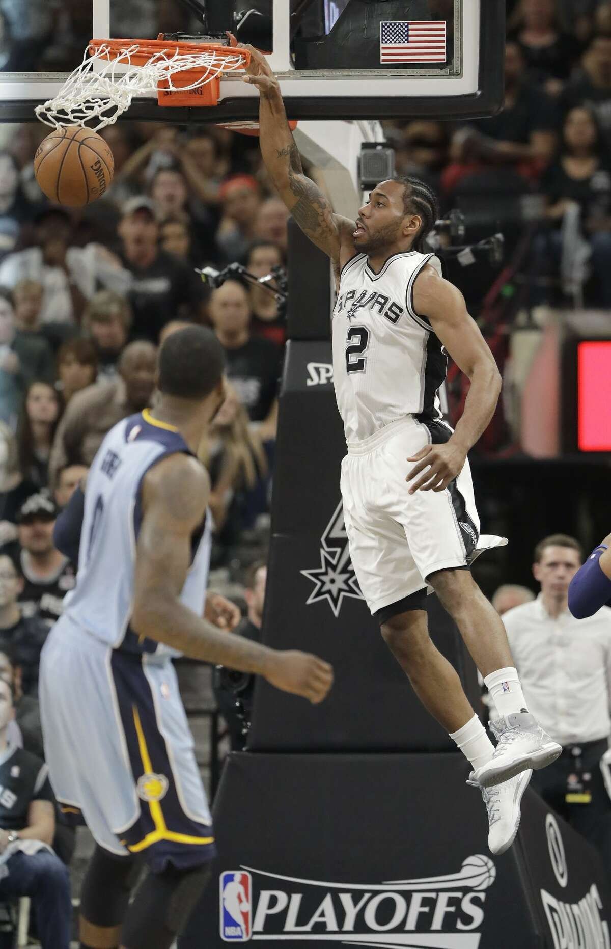 San Antonio Spurs forward Kawhi Leonard (2) scores against the Memphis Grizzlies during the first half in Game 2 of a first-round NBA basketball playoff series, Monday, April 17, 2017, in San Antonio. (AP Photo/Eric Gay)