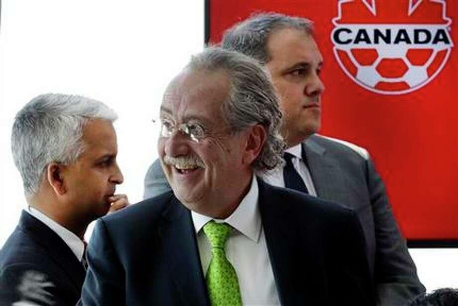 El presidente de la federación mexicana de fútbol, Decio De María, centro, participa en una rueda de prensa para anunciar una candidatura para el Mundial de 2026 el lunes, 10 de abril de 2017, en Nueva York. (AP / Mark Lennihan)
