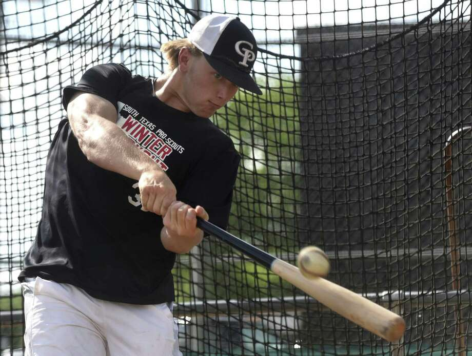Center Point catcher Aaron Walters, a Texas A&M signee, takes batting practice on April 19, 2017. Photo: Billy Calzada /San Antonio Express-News / San Antonio Express-News