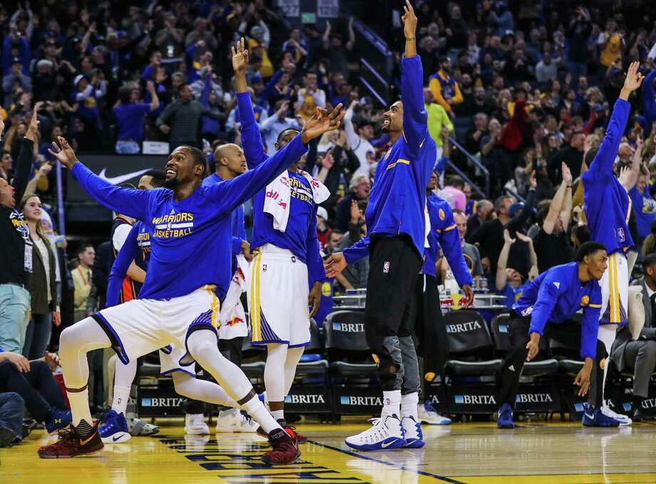 Golden State Warriors' basketball team reacts after Klay Thompson scored a 3-pointer in a game against the Indiana Pacers, in Oakland, California, on Monday, Dec. 5, 2016. Photo: Gabrielle Lurie / The Chronicle / ONLINE_YES