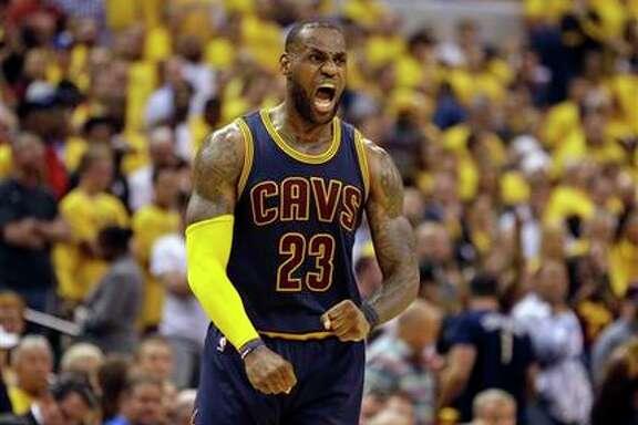 LeBron James, de los Cavaliers de Cleveland, celebra un enceste ante los Pacers de Indiana el jueves 20 de abril de 2017. (AP Foto/Michael Conroy)