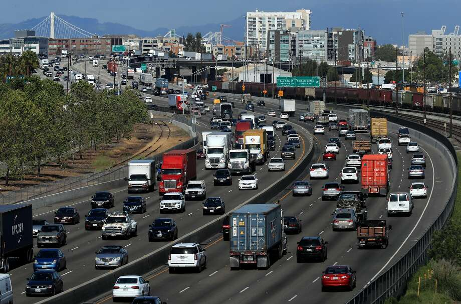 Traffic moves along highway 880 through downtown Oakland, Ca. on Wed. April 19, 2017. Photo: Michael Macor, The Chronicle