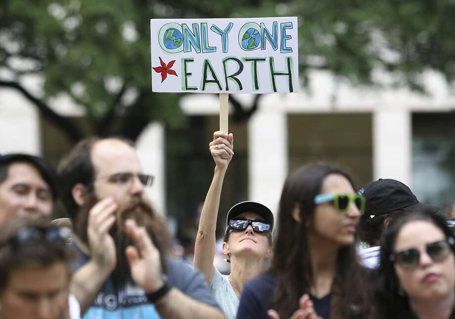 Thousands of people bring signs or dressed up to participate March for Science to support science Saturday, April 22, 2017, in Houston. The march began from Sam Houston Park and ended at City Hall. ( Yi-Chin Lee / Houston Chronicle ) Photo: Yi-Chin Lee/Houston Chronicle