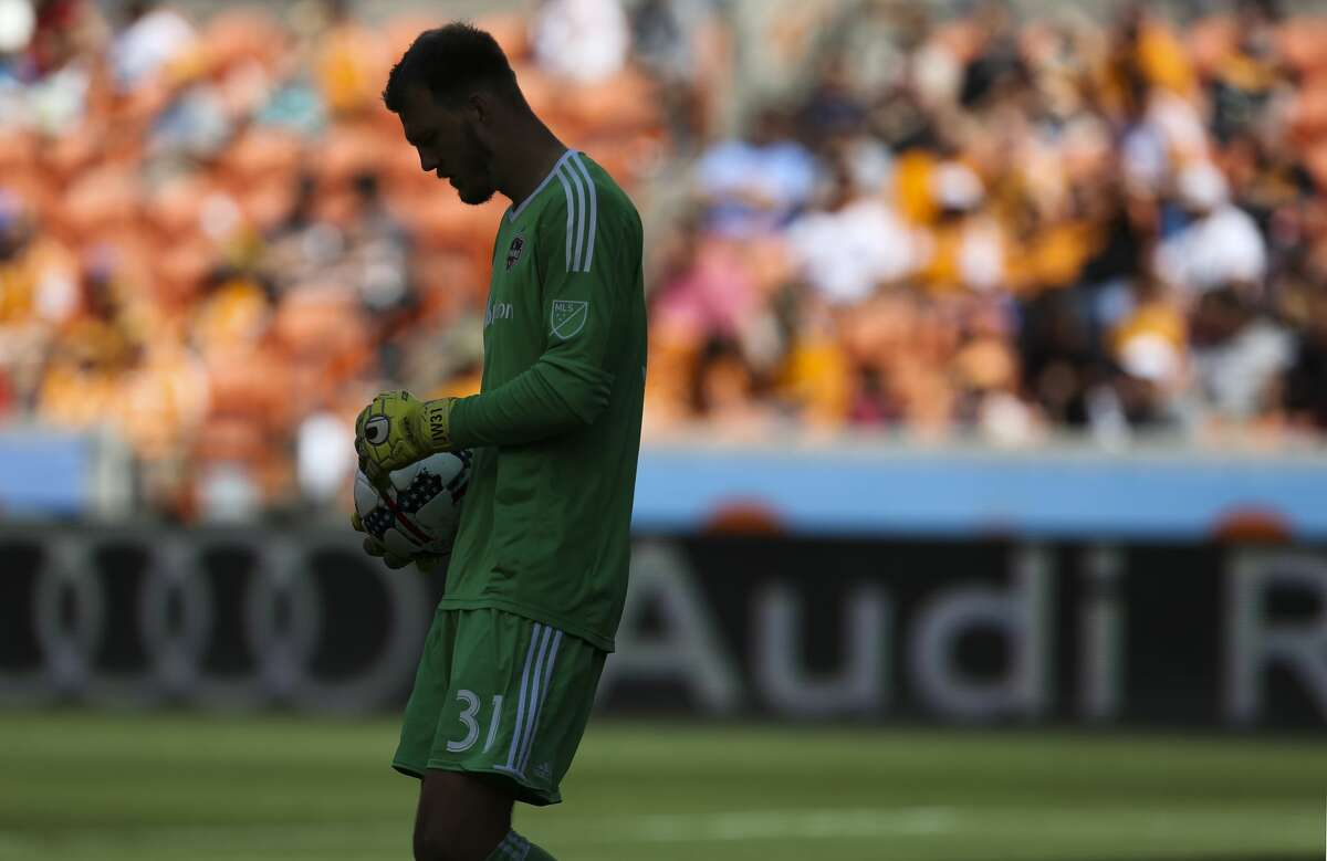 Houston Dynamo goalkeeper Joe Willis (31) is ready to kick the ball during the first half of the game at BBVA Compass Stadium Saturday, April 22, 2017, in Houston. ( Yi-Chin Lee / Houston Chronicle )