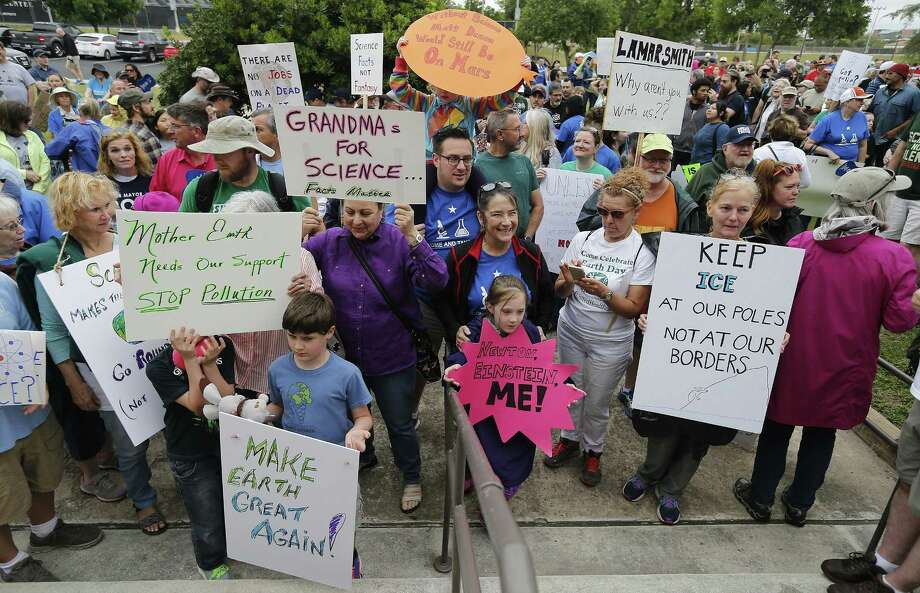 """A crowd gathers to """"March for Science"""" at San Pedro Springs Park on Apr. 22, 2017 in conjunction with Earth Day and with other marches planned around the country including Washington, D.C. Another """"March for Science"""" occurs in San Antonio Saturday. Photo: Kin Man Hui /San Antonio Express-News / ©2017 San Antonio Express-News"""