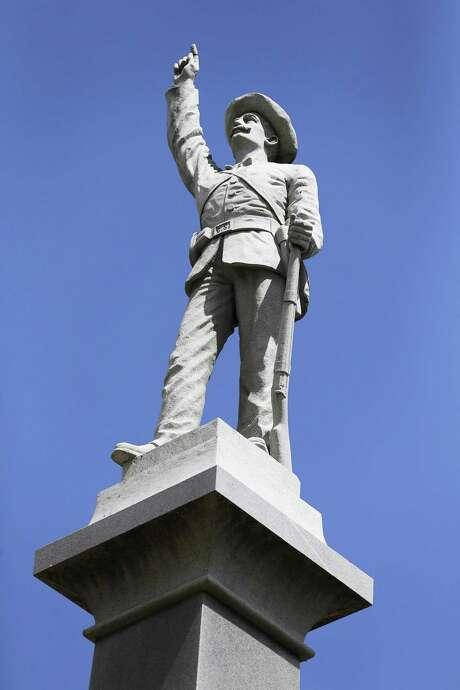 A monument in Travis Park to Confederate dead. Photo: Kin Man Hui /San Antonio Express-News / ©2015 San Antonio Express-News
