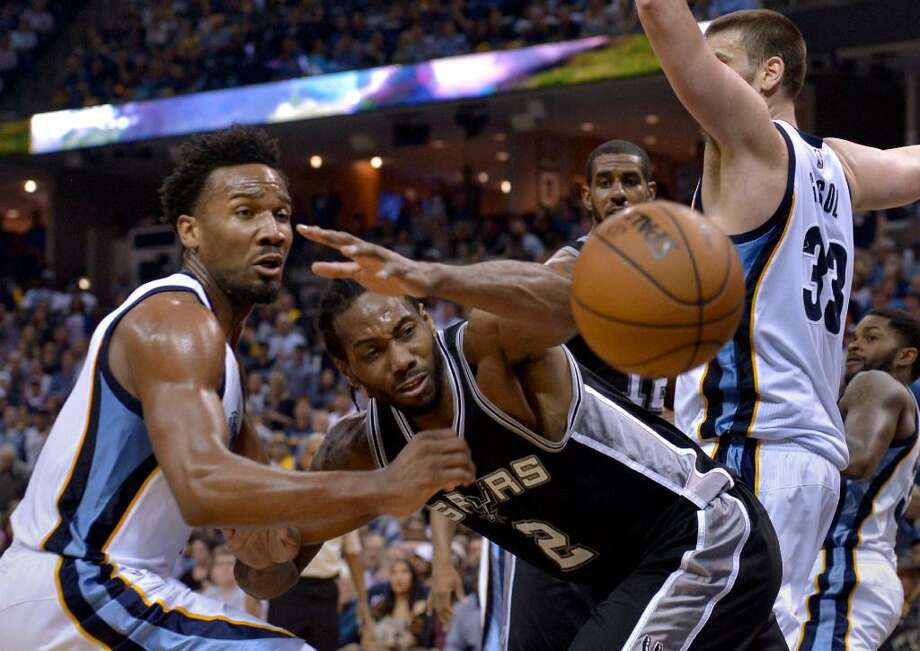 San Antonio Spurs forward Kawhi Leonard (2) loses control of the ball while defended by Memphis Grizzlies guard Wayne Selden Jr., left, and center Marc Gasol (33) during the second half of Game 4 in an NBA basketball first-round playoff series Saturday, April 22, 2017, in Memphis, Tenn. Photo: Brandon Dill /AP Photo
