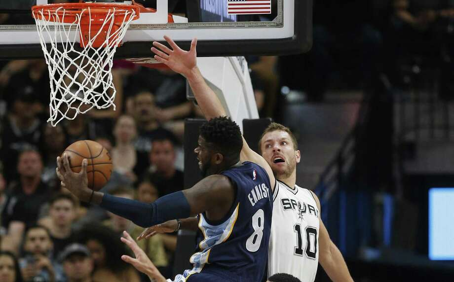 Spurs' David Lee (10) and Danny Green (14) attempt to defend against the Memphis Grizzlies' James Ennis during Game 5 of the Western Conference playoffs at the AT&T Center on April 25, 2017. Photo: Kin Man Hui /San Antonio Express-News / ©2017 San Antonio Express-News