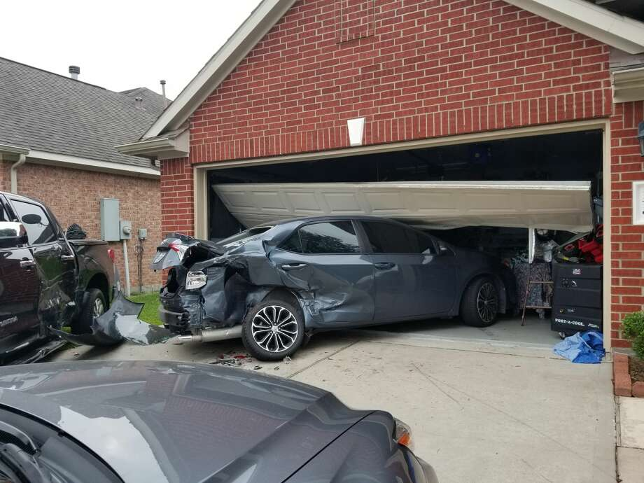 4 year old injured after driver plows cars into house houston chronicle. Black Bedroom Furniture Sets. Home Design Ideas